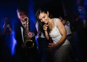 Fun Wedding music moments in Tuscany